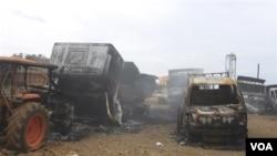 Beberapa kendaraan milik perusahaan tambang Jepang, Taganito di provinsi Surigao del Norte, Filipina selatan yang dibakar oleh tentara pemberontak komunis (3/10).