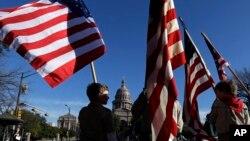2일 텍사스주 어스틴시에서 성조기를 들고 행진하는 보이스카우트 소년들.