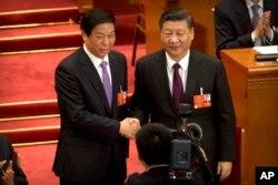 中国国家主席习近平(右)与中党中央政治局常委、中国全国人大委员长栗战书在北京人大会堂全国人大会场上合影。 (2018年3月17日)