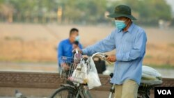 A street food vendor wear a face mask to curb the spread of Covid-19 in Phnom Penh, on March 10, 2021. (Hean Socheata/VOA Khmer)