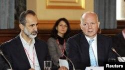 Pemimpin koalisi oposisi Suriah Mouaz al-Khatib (kiri) dalam pertemuan dengan Menteri Luar Negeri Inggris William Hague. (Foto: Dok)