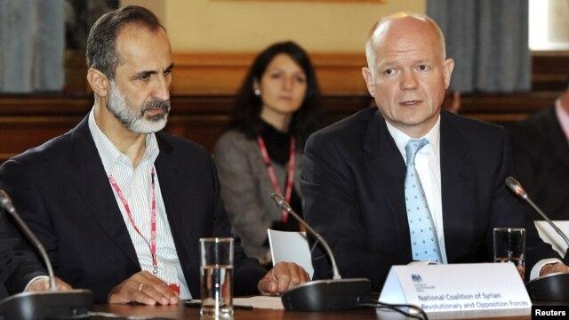 "Vilijem Hejg (desno) i Moaz Alkatib u britanskom ""Forin ofisu"""