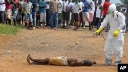 Maikacin kiwon lafiya yana yiwa gawar wanda cutar ebola ta kashe feshi.