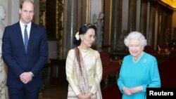 Nữ hoàng Anh Elizabeth và Hoàng từ William tiếp bà Aung San Suu Kyi, nhà lãnh đạo trên thực tế cùa Myanmar tại London, ngày 5/5/2017.