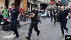 Polisi anti-huru-hara Turki berusaha membubarkan demonstrasi pawai gay di Istanbul (foto: dok).