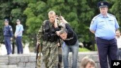 Терорист «ДНР» затримує українського громадянина