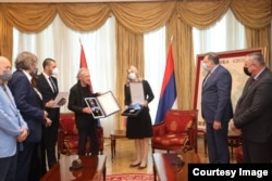 Predsjednica entiteta Željka Cvijanović dodijelila Orden Republike Srpske Peteru Handkeu (Foto: Ured predsjednika RS)