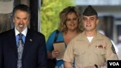 Sersan marinir Frank D. Wuterich (kanan) didampingi pengacaranya Neal A.Puckett (kiri) dan Melissa Balcombe (tengah) di Camp.Pendleton California (Foto: dok).