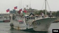 插着青天白日旗的台湾渔船驶出港口赴太平岛