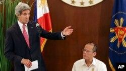 美國國務卿克里(左)出席菲律賓總統阿基諾三世(右)在總統府舉行的晚宴