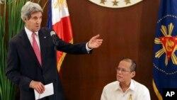 Ngoại trưởng Mỹ John Kerry phát biểu cạnh Tổng thống Philippines Benigno Aquino III tại Dinh Tổng thống Malacanang ở Manila, ngày 17/12/2013.