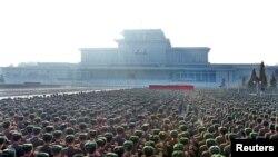 북한군은 김정일 국방위원장 사망 2주기를 하루 앞둔 지난 16일 김정은 국방위 제1위원장에 대한 충성 맹세 대회를 가졌다. (자료사진)