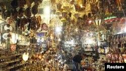 Warga Mesir memilih lentera Ramadan atau 'fawanees' di pasar Khan el-Khalili di Kairo. (Foto: Reuters)
