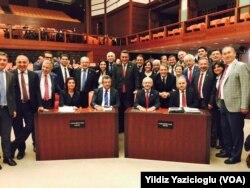 Oylama öncesinde poz veren CHP milletvekilleri