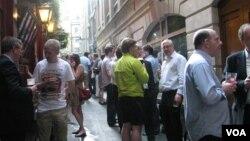 Cuando la gente ya no cabe, salen a la calle a tomar cerveza.