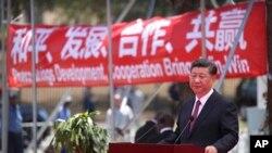中國國家主席習近平在巴布亞新幾內亞莫爾斯比港一條道路的開通儀式上講話。 (2018年11月16日)