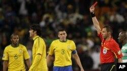 Cartão vermelho para Kaká, no Mundial de Futebol na África do Sul, que correu muito mal ao Brasil.