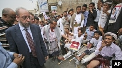 United Nations human rights investigator Hanny Megally, left, visits anti-government protesters, who were wounded in clashes with Yemeni security forces, in Taiz, Yemen, June 30, 2011.