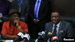 Bộ trưởng Y tế Nigeria Onyebuchi Chukwu (phải) nói với giới truyền thông về vụ bột phát virut Ebola ở Nigeria
