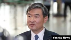 조태용 한국 국가안보실 제1차장이 16일 인천공항에서 미국 출국에 앞서 취재진에게 질문을 받고 있다.