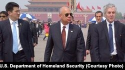Menteri Keamanan Dalam Negeri Amerika Serikat, Jeh Johnson (berkacamata hitam) di Tiananmen Square, Beijing, China, 10 April 2015 (Photo courtesy of U.S. Department of Homeland Security)