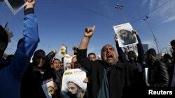 Para pendukung ulama Syiah Moqtada al-Sadr memprotes menentang eksekusi ulama Syiah Nimr al-Nimr di Saudi Arabia, saat sebuah unjuk rasa di Baghdad, 4 Januari 2016.