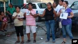 Algunos tienen esperanza de identificar a familiares desaparecidos en la fosa descubierta en Veracruz.