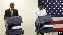 Presiden Barack Obama (kiri) memilih lebih awal di kota Chicago, Illinois (25/10). Kota Chicago akan menjadi markas kubu Obama menyaksikan penghitungan suara pilpres Selasa (6/11) malam.