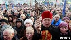 Một linh mục cầm thánh giá trong cuộc biểu tình tại Quảng trường Độc lập ở Kiev, ngày 19/1/2014.