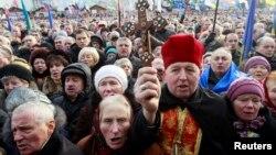 우크라이나 수도 키예프 광장에 종교 지도자를 중심으로 모인 시위대가 시위 규제 법안에 반대하고 있다.
