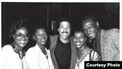 Уэйн Эдвардс (справа) с Лайонелом Ричи и другими музыкантами.