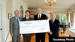左起:美國在台協會會長薄瑞光、駐美代表沈呂巡、CDC抗災基金會理事長斯托克斯和AIT執行理事唐若文。(圖片由駐美台北經濟文化代表處提供)
