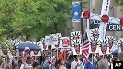 Hàng ngàn người biểu tình tuần hành qua các đường phố của Chicago hôm Chủ nhật, 20/5/2012