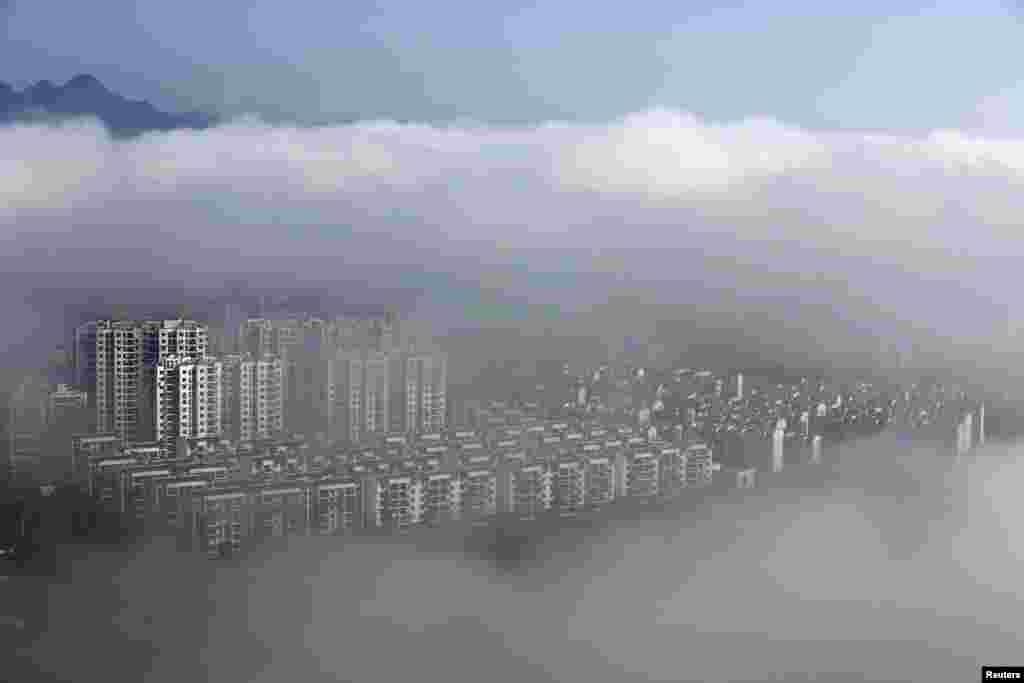 រូបភាពបង្ហាញពីអគារស្នាក់នៅបន្ទាប់ពីភ្លៀងធ្លាក់នៅក្រុង Huangshan ខេត្ត Anhui ប្រទេសចិន។