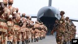 Rwandan soldiers board a US military plane at Kigali International airport. (July 17, 2005 file photo)