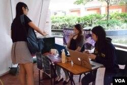 香港大學學生曹同學參與校園公投。(美國之音湯惠芸攝)