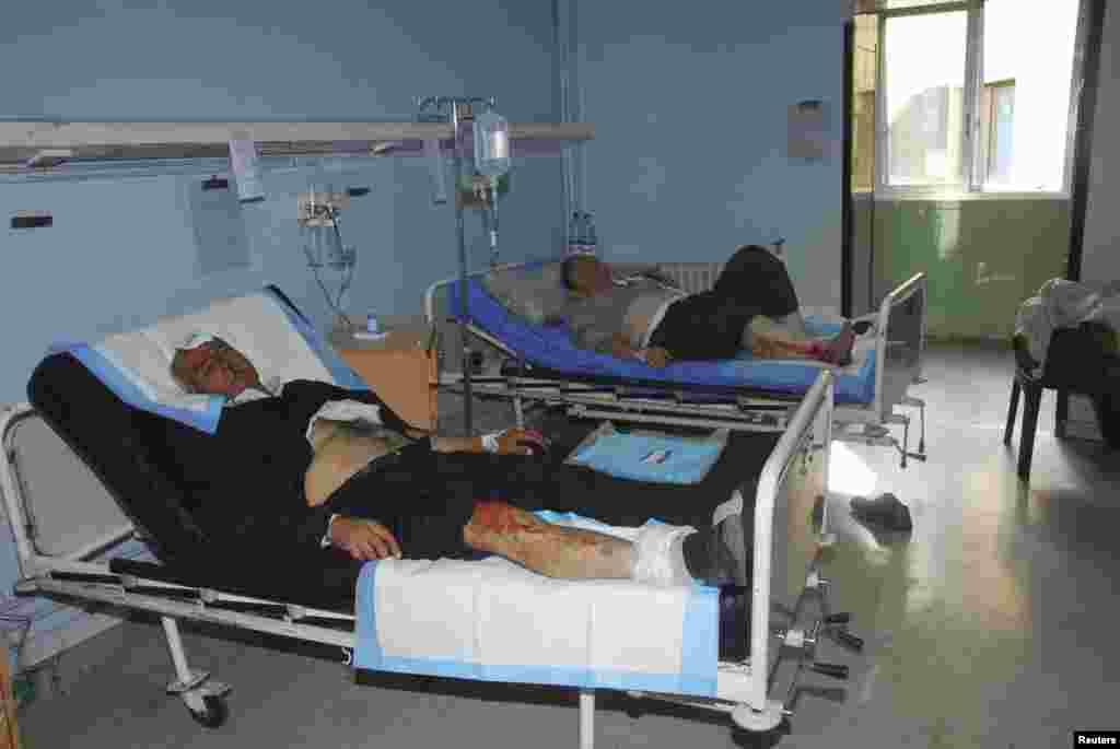 6일 시리아 다마스쿠스에서 발생한 폭탄테러로 부상 당한 남성이 병원으로 후송되었다.