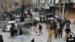 Petugas keamanan Pakistan memeriksa lokasi ledakan bom bunuh diri di Quetta, 17 Februari 2020.