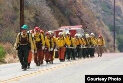 消防队员列队出征(InciWEB photo)