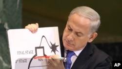 Perdana Menteri Israel Benjamin Netanyahu menunjukkan kekhawatiran akan program nuklir Iran dengan ilustrasi. (Foto: Dok)