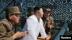 朝鲜朝中社2016年9月20日发布的不具日期的照片: 朝鲜领导人金正恩在西海太空中心视察一个新型远程火箭发动机。