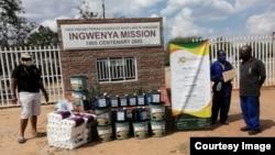 Umphathi wesikolo seJohn Tallach labamele iZimbabwe Christian Alliance labanye babuka impahla yokunceda abantwana abalomkhuhlane weCOVID-19. (Photo: Zimbabwe Christian Alliance)