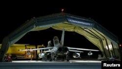 英国皇家空军一架龙卷风战机执行空袭任务后,返回位于塞浦路斯南部的基地。