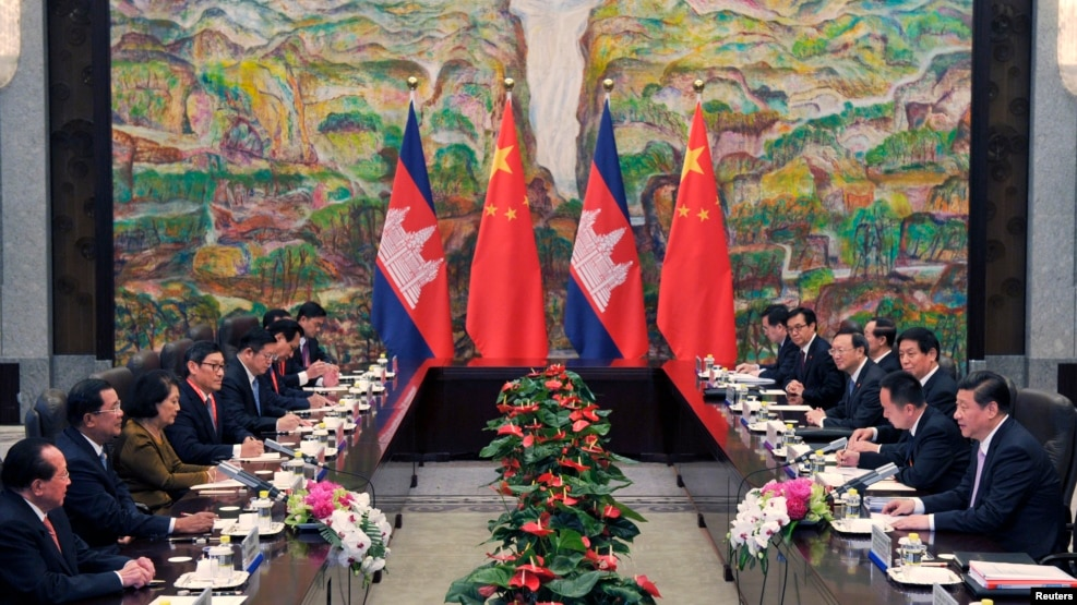 Cambodia's Prime Minister Hun Sen (2nd L) and China's President Xi Jinping (R) attend a meeting at Xijiao Hotel in Shanghai May 18, 2014.