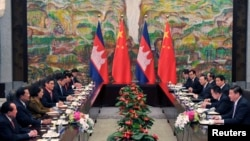 លោកនាយករដ្ឋមន្ត្រីហ៊ុន សែន ក្នុងកិច្ចប្រជុំជាមួយលោកប្រធានាធិតបីចិន Xi Jinping នៅសណ្ឋាគារ Xijiao នៅទីក្រុងសៀងហៃកាលពីថ្ងៃទី១៨ ខែឧសភា ឆ្នាំ២០១៤។