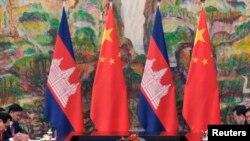 រូបឯកសារ៖ រូបទង់ជាតិកម្ពុជា-ចិន នៅក្នុងកិច្ចប្រជុំរវាងលោកនាយករដ្ឋមន្ត្រីហ៊ុន សែន និងលោកប្រធានាធិតបីចិន Xi Jinping នៅសណ្ឋាគារ Xijiao នៅទីក្រុងសៀងហៃកាលពីថ្ងៃទី១៨ ខែឧសភា ឆ្នាំ២០១៤។