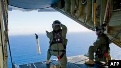 3月20日,澳大利亚皇家空军准备从飞机上发射一个自行寻找资料的浮标