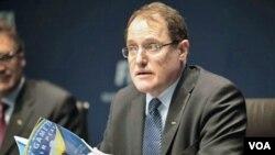 Claudio Sulser, Ketua Komisi Etika FIFA, mengutip peraturan dari booklet kode etik dalam konferensi pers di markas FIFA di Zurich, Swiss.