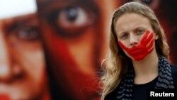 Una activista brasileña protesta contra la violencia. El mundo es menos pacífico en 2016.