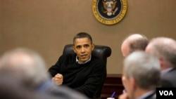 """El presidente Obama durante una reunión en la Sala de Información, """"The Situation Room"""", junto al equipo de seguridad nacional."""